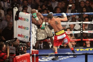 Chino attacks Floyd in corner