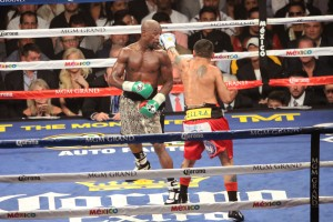 Floyd looks at Maidana's left